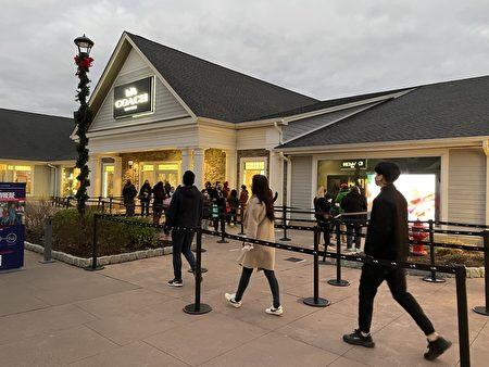 早上開門不到1小時,顧客在COACH店門口排隊。
