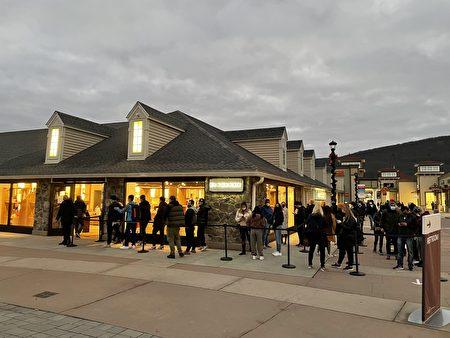早上7點左右,華人喜愛的品牌店巴寶莉(BURBERRY)外已很多人在排隊。