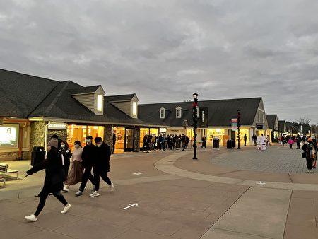 開門不到1小時,有些店外已排長隊。