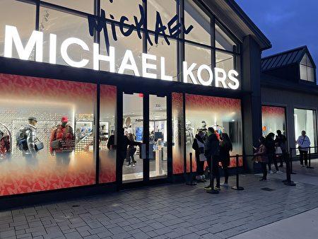開門不到1小時,MK店外已有顧客排隊。