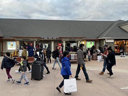 購物中心內賣行李箱的攤販。