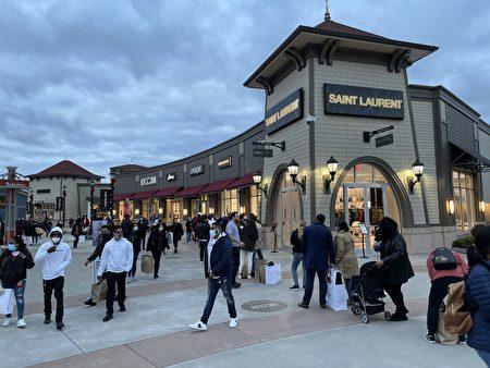 下午4點左右,夜幕降臨,購物中心的人潮熙熙攘攘。