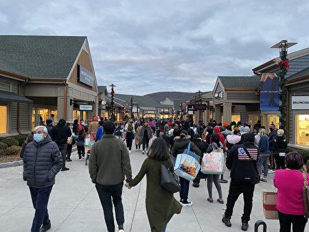 下午4點左右,夜幕降臨,購物中心的人潮熙熙攘攘,人們的手裡大包小包。