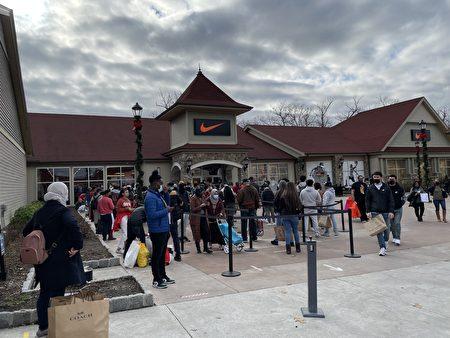 下午4點,NIKE店門口的隊伍一直排到停車場。