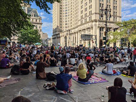 """2020年6月26日,纽约支持""""黑命贵""""的民众占领市政厅前的广场,要求削减警局预算。"""