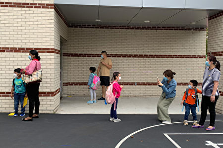 图为在华人社区法拉盛,纽约市公立小学9月29日开学首日。