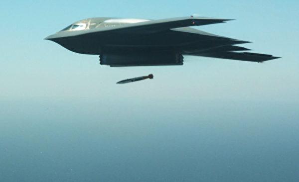 2015年8月24日,美軍一架B-2轟炸投下一枚B-61核彈試驗彈。(美國空軍)