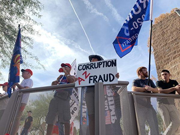 11月21日,民眾聚集在亞利桑那州鳳凰城舉行「停止竊選」(Stop the Steal)集會。選民們堅信特朗普總統將獲勝,更有多位選民揭露當地確實存在選舉舞弊。(姜琳達/大紀元)