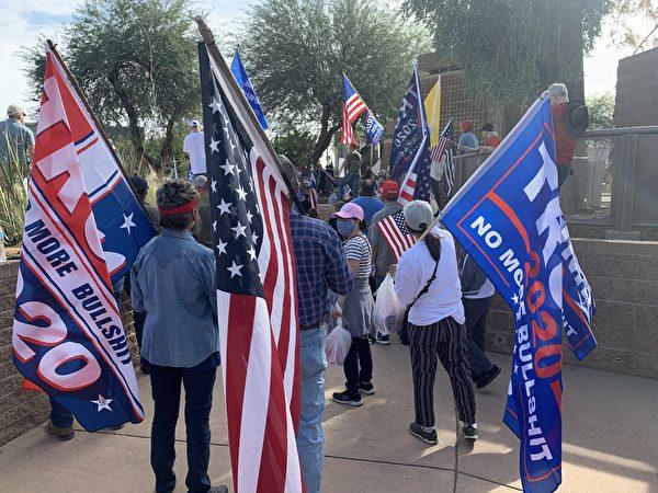 11月21日,亞利桑那州民眾再次聚集州府大廈前舉行「停止竊選」(Stop the Steal)活動。(姜琳達/大紀元)