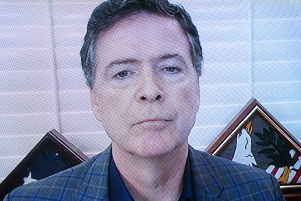 2020年9月30日,美國聯邦調查局前局長詹姆斯‧科米(James Comey)在華盛頓國會聽證會上通過電視屏幕回答提問。(Stefani Reynolds/Pool/Getty Images)