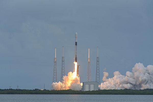 10月24日,獵鷹9號Starlink L-14火箭從佛羅里達州卡納維拉爾角空軍基地發射,攜帶了衛星網鏈計劃的第15批衛星。(美國印太司令部)