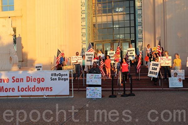 圣地亚哥市中心集会抗议经济重关
