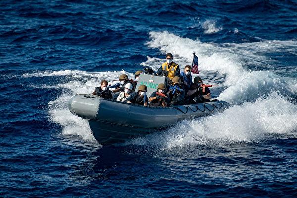 11月22日,美軍神盾驅逐艦巴里號(DDG 52)還派出剛性充氣船演練稽查行動。(美國海軍)