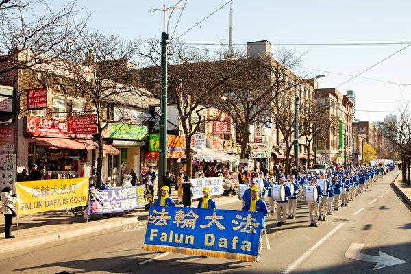 2020年11月14日下午,數百法輪功學員在多倫多市中心舉行「解體中共」盛大遊行。(艾文/大紀元)