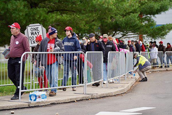特朗普賓州集會場地外排隊入場的民眾。(李臻婷/大紀元)
