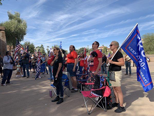 11月21日,民眾在亞利桑那州鳳凰城的「停止竊選(Stop The Steal)」集會上唱美國國歌,場面感人。(姜琳達/大紀元)