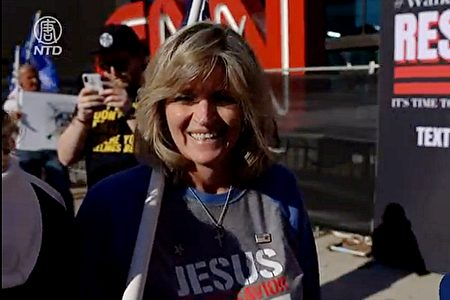11月21日,會計師瑪麗亞·阿萊格里托(Maria Allegretto)參加了佐治亞州亞特蘭大支持特朗普、停止竊選的集會。(新唐人電視台影片截圖)