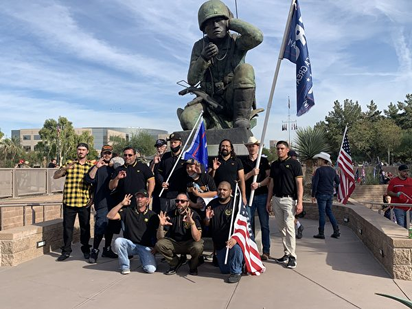 右翼團體「驕傲男孩」(Proud Boys)成員們參加了在鳳凰城支持特朗普總統,「停止竊選」的集會活動。(姜琳達/大紀元)
