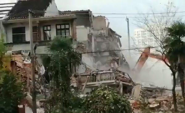 无锡村民房屋被偷拆 一家十口人流落街上