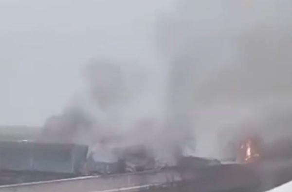 陕西省铜川市耀州区包茂高速路上现车祸,10余辆车起火,现场浓烟滚滚。(视频截图)