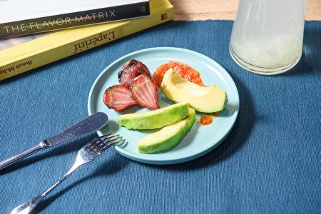 酪梨與甜菜根佐發酵鳳梨辣椒醬。