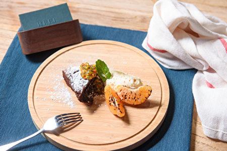 軟心巧克力蛋糕、綠荳蔻香緹奶油佐百香果辣醬。