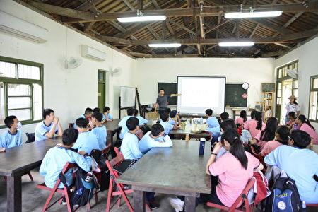 來自台中漢口國中的學生來到裡山塾。