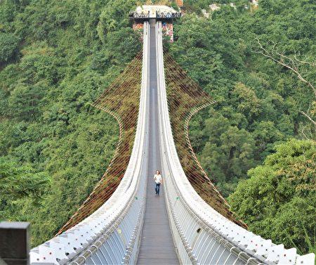 琉璃吊桥全长262公尺,游客走上银白桥道,还能细数着一颗颗琉璃珠的动人故事。