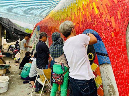 旅英艺术家优席夫为回馈故里,设计一面艺术墙献给部落,优席夫说,是结合部落拼贴艺术家陈明智和族人共同努力完成的一件大型作品。