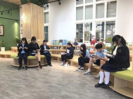 重新打造后的图书馆,一楼社区共读站具森林文青系氛围。