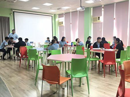 多彩且多功能的创思自主室,学生正在进行选修课程。