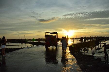芳苑魚民滿載漁獲踏著夕陽歸。