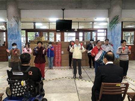 邀請院內身障住民打擊樂隊表演來傳遞感謝之意。