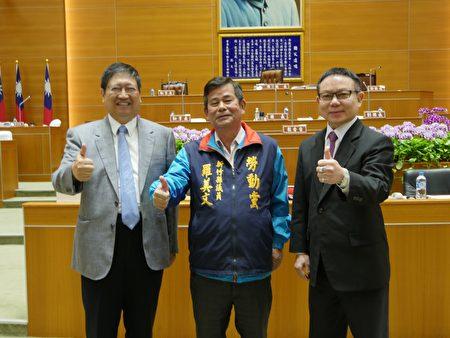 新竹县议员罗美文(中)与新竹县长杨文科(左)、议长张镇荣(右)合影。