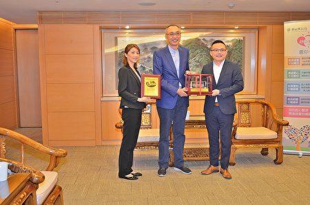 副市长谢政达回赠杰出创业楷模郑瑞宾、黄心乙两夫妻捐赠高顶复康巴士