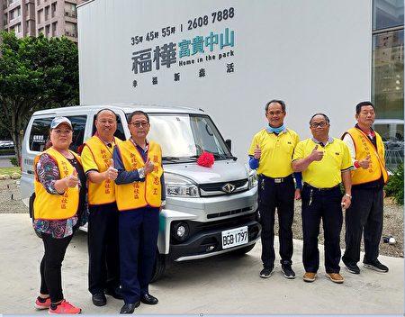 福桦建设捐赠一部福利关怀专车给兴福社区发展协会,社区志工于车前合影