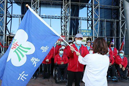市长黄敏惠授旗。