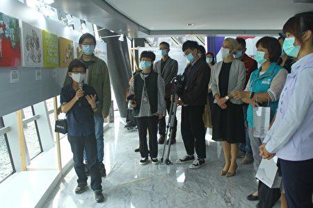 在「我是兒童 我有權利-兒童權利公約頒布30週年主題特展」巡迴展開幕茶會中,由大研社邱子謙(左1前)、李胤賢(左1後)進行主題導覽。