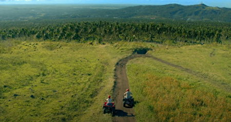 騎乘ATV越野車奔馳在峽谷溪流間,享受刺激冒險的菲律賓。