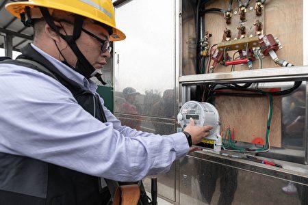 台湾电力公司人员拆除电表。