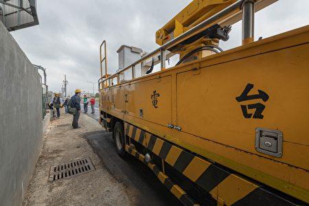 桃园市府偕同台湾电力公司进行违章工厂断电措施。