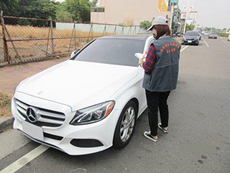 透过路边开单员的巡查通报及车牌辨识器检视,只要发现积欠牌照税费、罚锾等大户所有的车辆时,就会立即通报嘉义分署人员,进行强制执行拖吊作业。