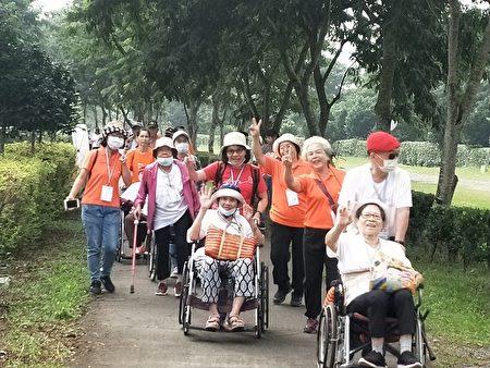 弘道老人基金會4日在潮州林後四林平地森林舉辦「爺奶Color Walk健走活動」,現場90歲以上的爺奶上台授予達陣金牌,喜悅與成就感都寫在臉上。