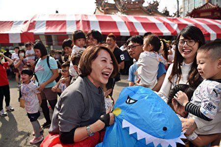 陈淑慧副市长装扮恐龙造型。