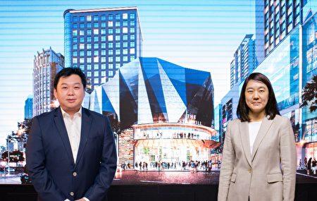 (左起)马来西亚代表杨恭贤与诚品生活董事长吴旻洁连线签约。