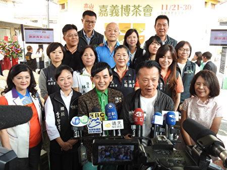 嘉义县长翁章梁(前排右2)和三金主持人黄子佼(前排右3),以及与会贵宾一同接受媒体联访。