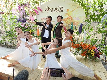 嘉义县长翁章梁(左)和三金主持人黄子佼(右),一同在中埔御藏市集与舞者合影。