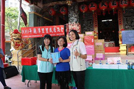 東區區長田文珍(左)抽出大獎,並與得獎者及里長林砡朱合照。