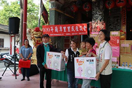市議員黃露慧(左2)抽出大獎,並與得獎者及里長林砡朱合照。