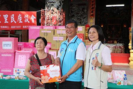市議員傅大偉(中)抽出大獎,並與得獎者及里長林砡朱合照。